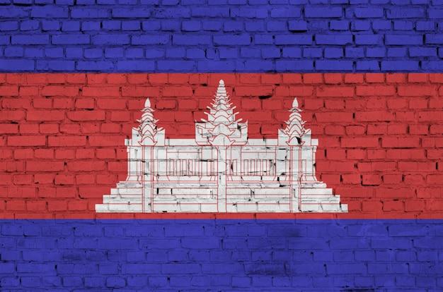 Vlag van cambodja is geschilderd op een oude bakstenen muur