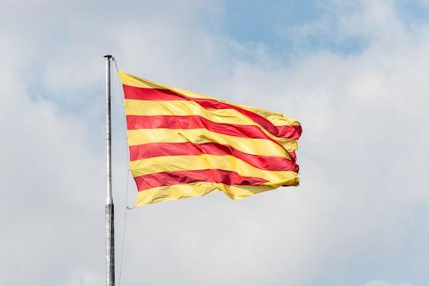 Vlag van catalonië op de achtergrond van de blauwe hemel