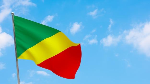 Vlag van congo op paal. blauwe lucht. nationale vlag van congo