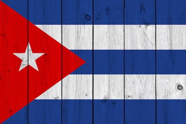 Vlag van cuba op oude houten plank wordt geschilderd die