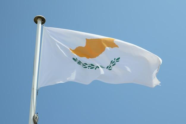 Vlag van cyprus op een mat in de wind en de blauwe hemel
