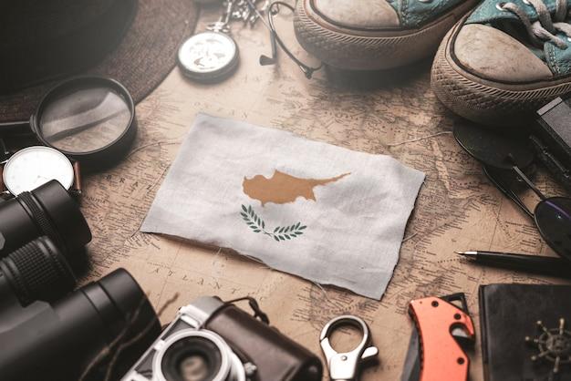 Vlag van cyprus tussen de accessoires van de reiziger op oude vintage kaart. toeristische bestemming concept.