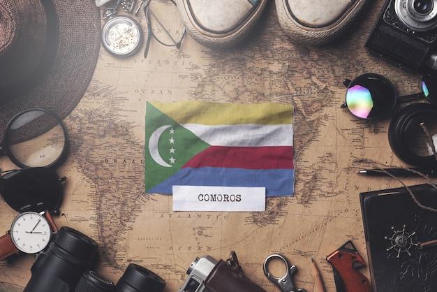 Vlag van de comoren tussen traveler's accessoires op oude vintage kaart. overhead schot