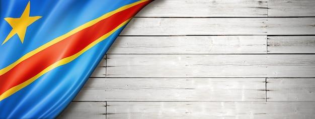 Vlag van de democratische republiek congo op oude witte muur. horizontale panoramische banner.