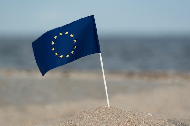 Vlag van de eu op zee achtergrond. zomervakantie in europa.