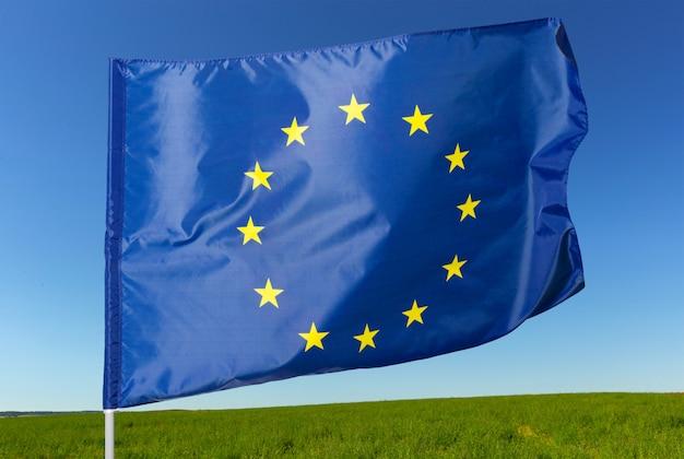 Vlag van de europese unie zwaaien