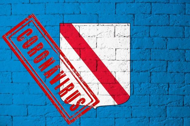 Vlag van de regio's van italië campagne met originele verhoudingen. gestempeld met het coronavirus. bakstenen muur textuur. corona-virusconcept. op de rand van een covid-19- of 2019-ncov-pandemie.