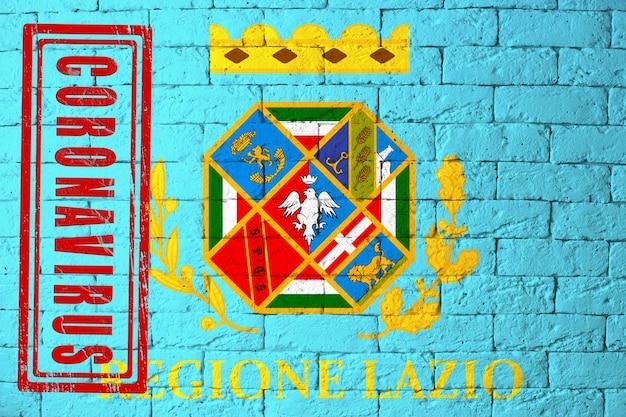 Vlag van de regio's van italië lazio met originele verhoudingen. gestempeld met het coronavirus. bakstenen muur textuur. corona-virusconcept. op de rand van een covid-19- of 2019-ncov-pandemie.