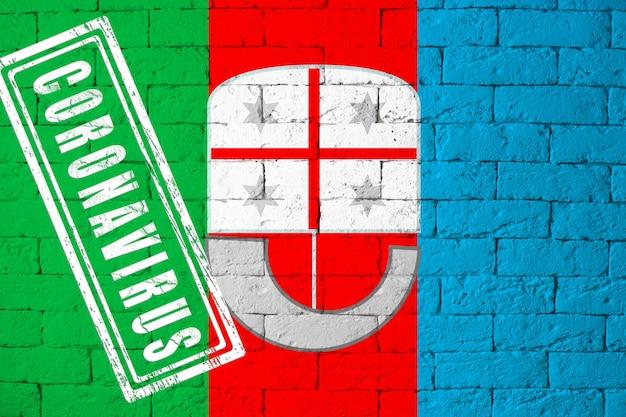 Vlag van de regio's van italië ligurië met originele verhoudingen. gestempeld met het coronavirus. bakstenen muur textuur. corona-virusconcept. op de rand van een covid-19- of 2019-ncov-pandemie.