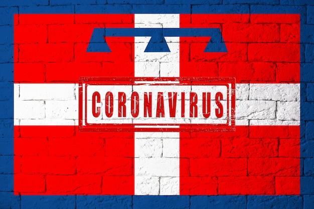Vlag van de regio's van italië piemonte met originele verhoudingen. gestempeld met het coronavirus. bakstenen muur textuur. corona-virusconcept. op de rand van een covid-19- of 2019-ncov-pandemie.