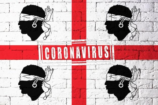 Vlag van de regio's van italië sardinië met originele verhoudingen. gestempeld met het coronavirus. bakstenen muur textuur. corona-virusconcept. op de rand van een covid-19- of 2019-ncov-pandemie.