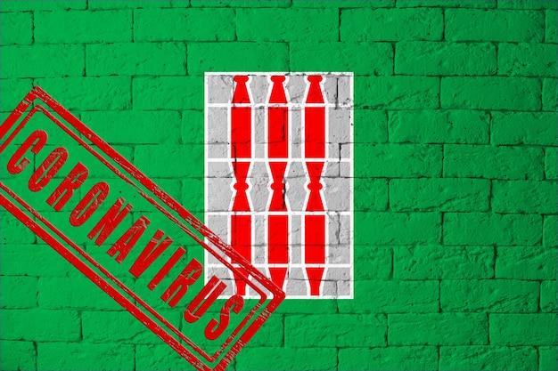 Vlag van de regio's van italië umbrië met originele verhoudingen. gestempeld met het coronavirus. bakstenen muur textuur. corona-virusconcept. op de rand van een covid-19- of 2019-ncov-pandemie.