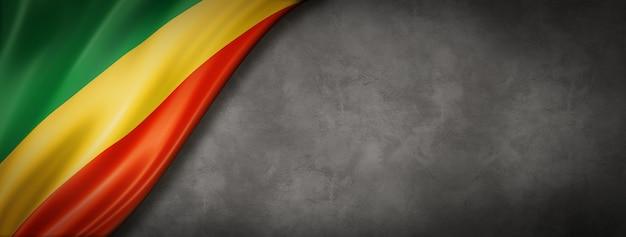 Vlag van de republiek congo op betonnen muur. horizontaal panoramisch. 3d illustratie