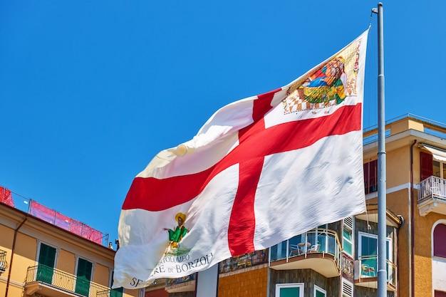 Vlag van de stad genua (genua) in de wind, ligurië, italië