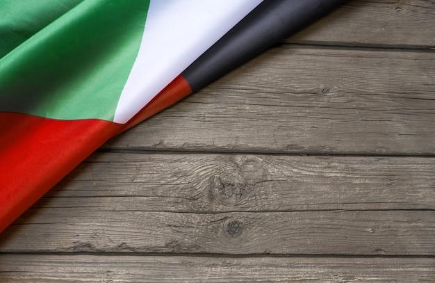 Vlag van de verenigde arabische emiraten en plaats voor tekst op een donkere houten achtergrond.