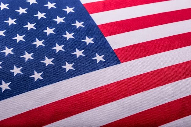 Vlag van de verenigde staten. amerikaanse vlag. amerikaanse vlag waait wind. detailopname. studio opname.