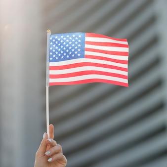 Vlag van de verenigde staten met de hand vastgehouden