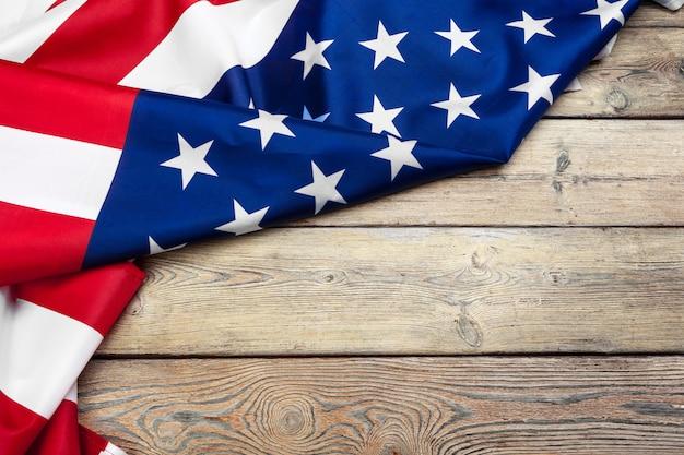 Vlag van de verenigde staten van amerika op houten achtergrond. usa vakantie van veteranen, memorial, independence en labor day.