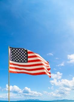 Vlag van de verenigde staten van amerika (vs) zwaaien in de wind met blauwe lucht en wolken op een zonnige dag