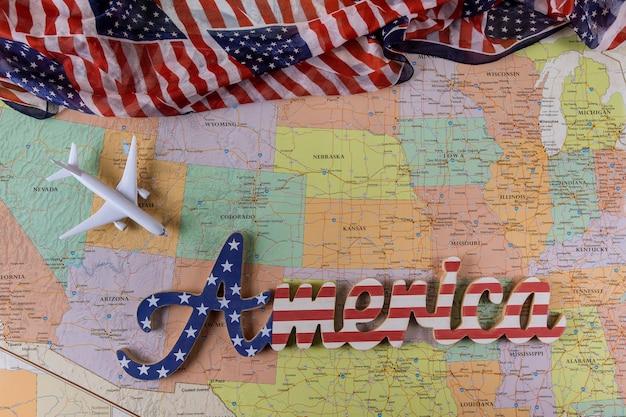 Vlag van de verenigde staten, verenigde staten reizende concept met modelvliegtuig op kaart van verenigde staten