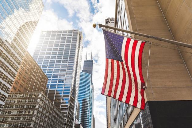 Vlag van de vs in chicago met met wolkenkrabbers