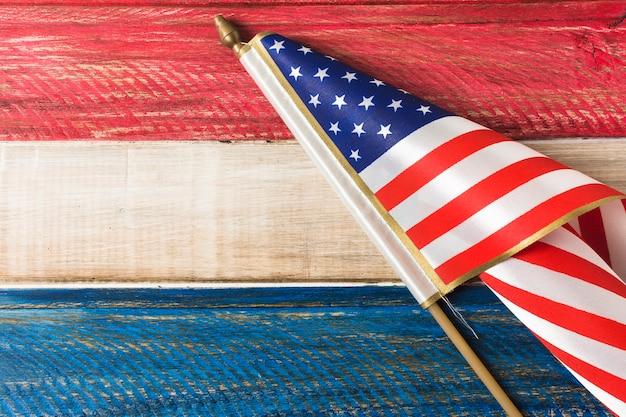 Vlag van de vs op blauwe en rode geschilderde houten plank