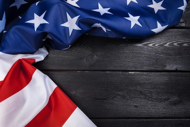 Vlag van de vs op donkere houten tafel achtergrond