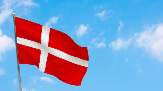Vlag van denemarken op paal. blauwe lucht. nationale vlag van denemarken