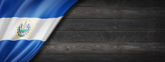 Vlag van el salvador op zwarte houten muur