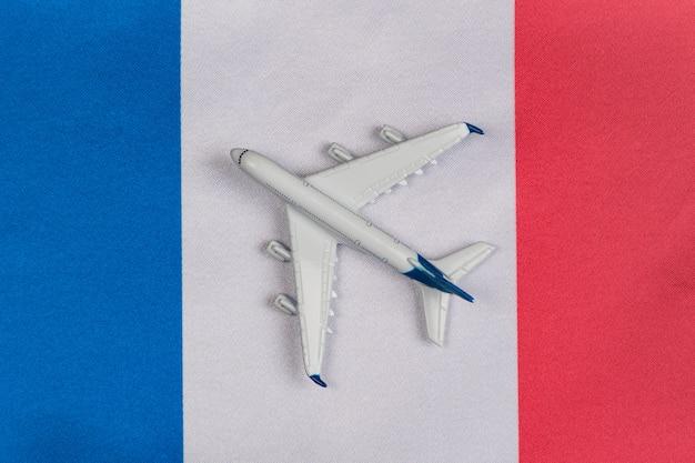 Vlag van frankrijk en speelgoed vliegtuig