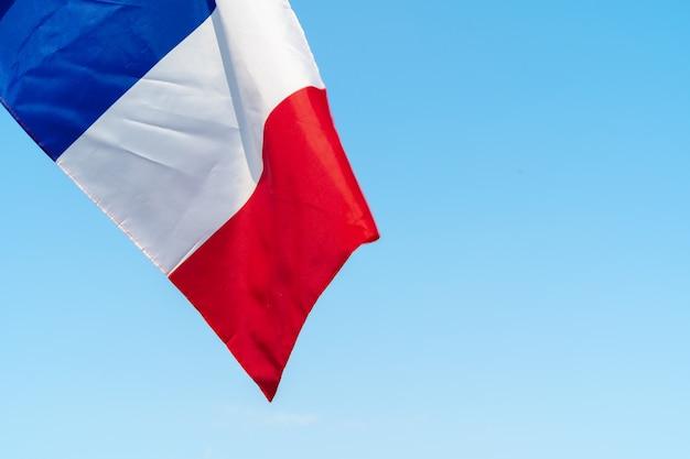 Vlag van frankrijk zwaaien in de wind in de lucht