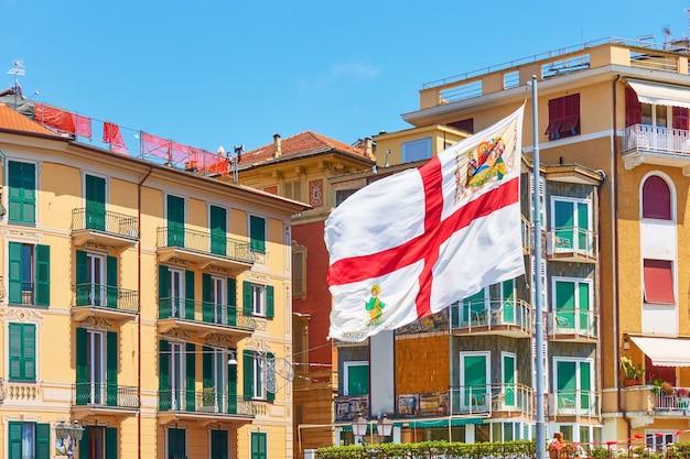 Vlag van genua in de wind in rapallo, italië