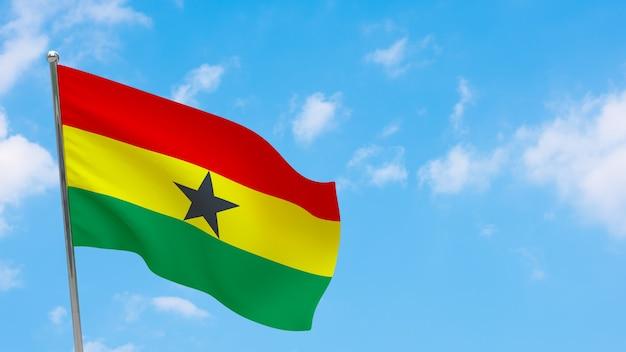 Vlag van ghana op paal. blauwe lucht. nationale vlag van ghana