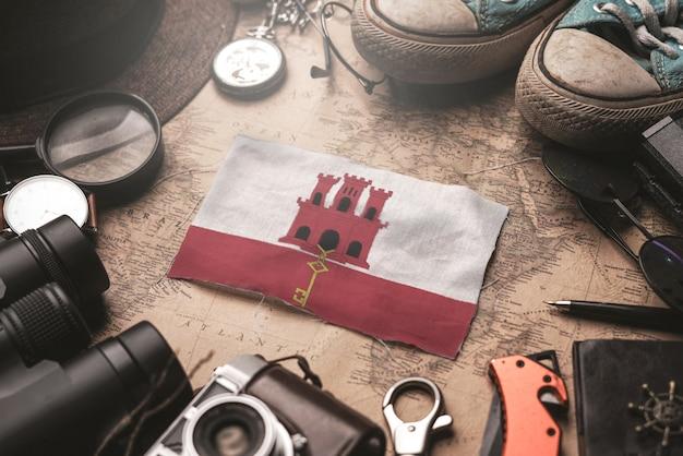 Vlag van gibraltar tussen de accessoires van de reiziger op oude vintage kaart. toeristische bestemming concept.