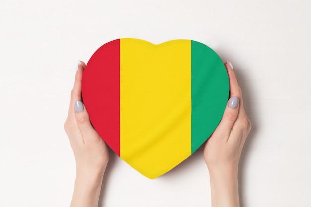 Vlag van guinee op een hartvormige doos