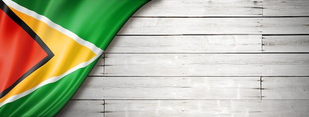 Vlag van guyana op betonnen muur. horizontale panoramische banner.