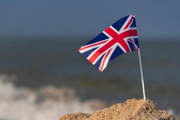 Vlag van het verenigd koninkrijk op het strand. britse vlag. brittannië.