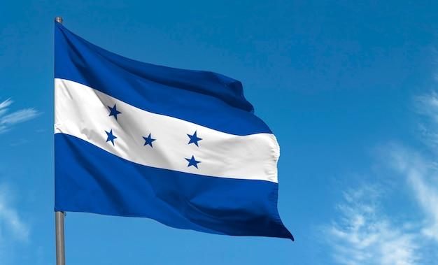 Vlag van honduras zwaaien tegen blauwe hemel
