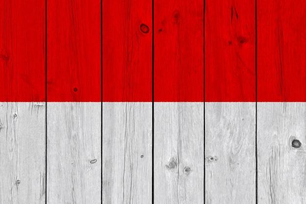 Vlag van indonesië op oude houten plank wordt geschilderd die