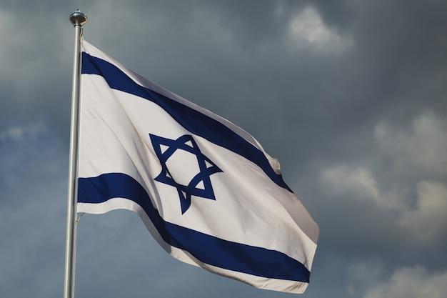 Vlag van israël, hoofdstad van jeruzalem tegen blauwe achtergrond.