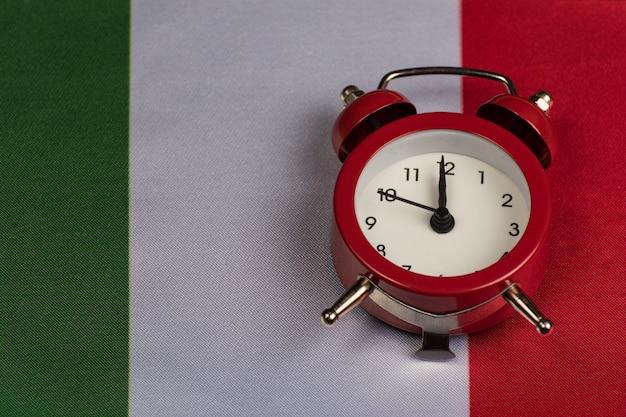 Vlag van italië en vintage wekker close-up.