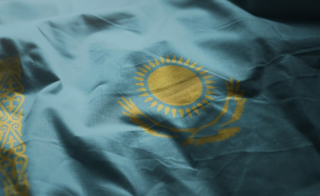 Vlag van kazachstan verkreukeld dicht omhoog