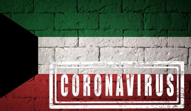 Vlag van koeweit met originele proporties. gestempeld met het coronavirus. bakstenen muur textuur. corona-virusconcept. op de rand van een covid-19- of 2019-ncov-pandemie.
