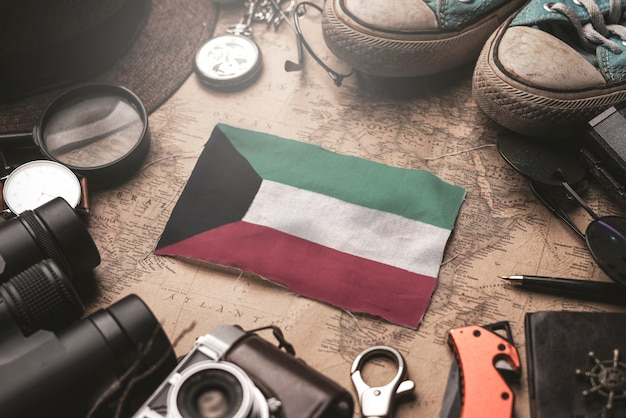 Vlag van koeweit tussen traveler's accessoires op oude vintage kaart. toeristische bestemming concept.
