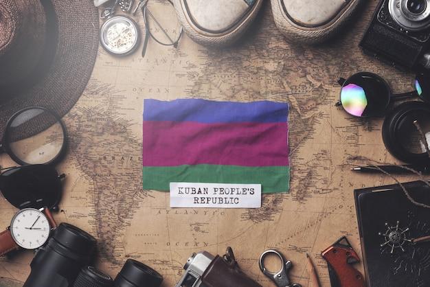 Vlag van kuban volksrepubliek tussen accessoires van de reiziger op oude vintage kaart. overhead schot