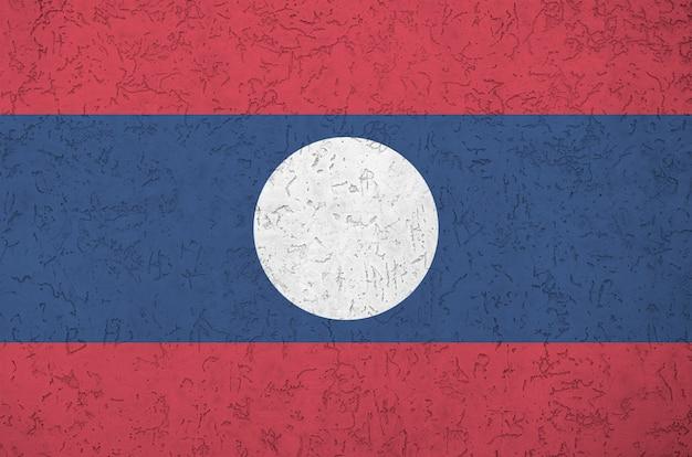 Vlag van laos afgebeeld in heldere verfkleuren op oude reliëf pleistermuur.