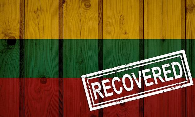 Vlag van litouwen die de infecties van de corona-virusepidemie of het coronavirus heeft overleefd of hersteld. grunge vlag met stempel hersteld