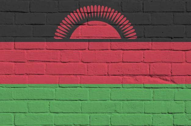 Vlag van malawi afgebeeld in verfkleuren op oude bakstenen muur.