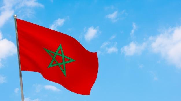 Vlag van marokko op paal. blauwe lucht. nationale vlag van marokko