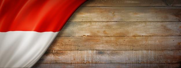 Vlag van monaco op vintage houten muur